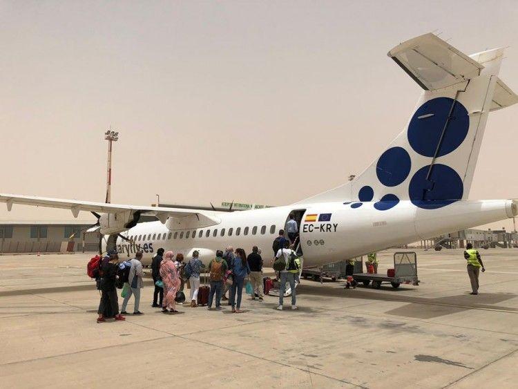Embarque de los pasajeros en el aeropuerto de Nouadhibou