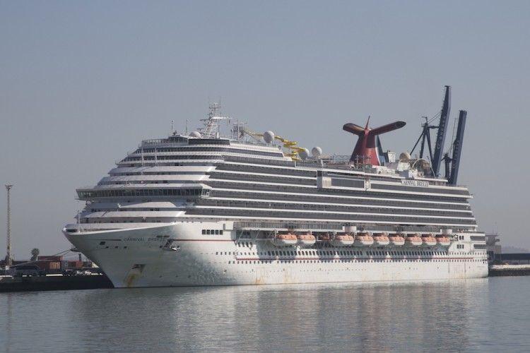 """El buque """"Carnival Breeze"""", atracado en el puerto de Cádiz"""