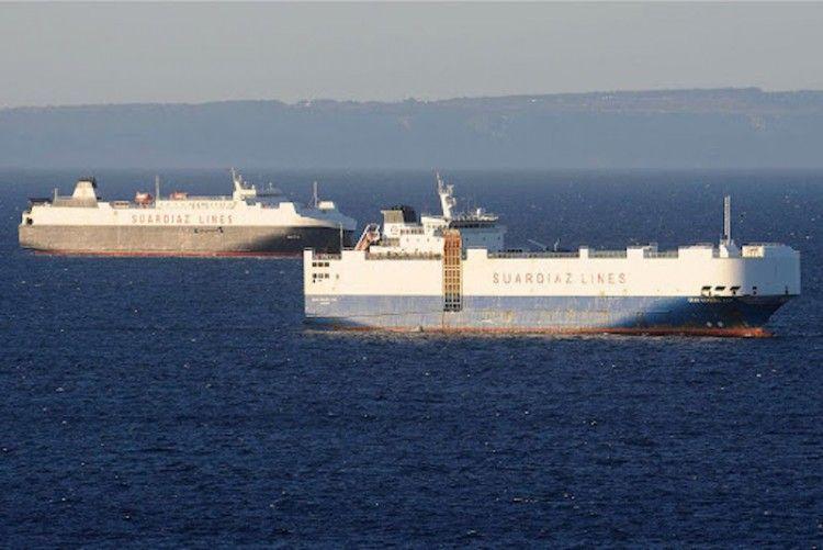 """Los buques """"Gran Canaria Car"""" y """"Galicia"""", fondeados en aguas de Ibiza"""