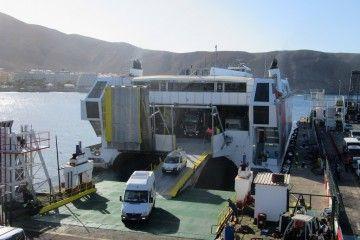 Desembarque de los vehículos procedentes de El Hierro, esta mañana