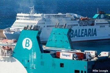 Dos buques de Balearia en el puerto de Palma