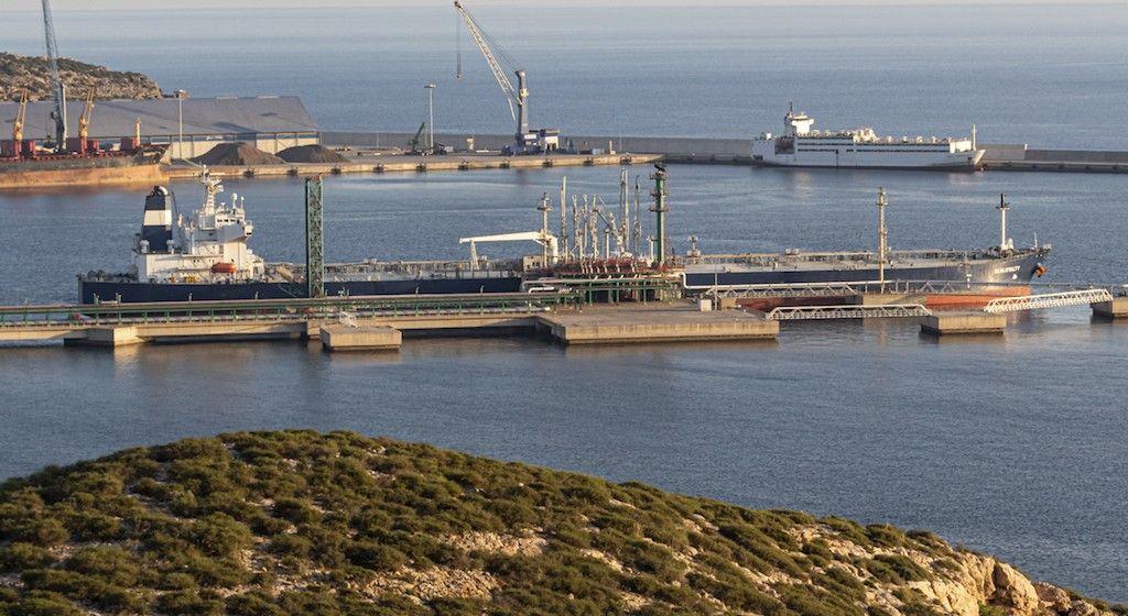 """El petrolero """"Sealoyalty"""", descargando en la terminal de Repsol en Escombreras"""