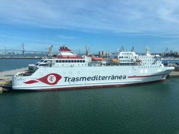 La nueva imagen de Trasmediterránea, pintada en el costado de estribor