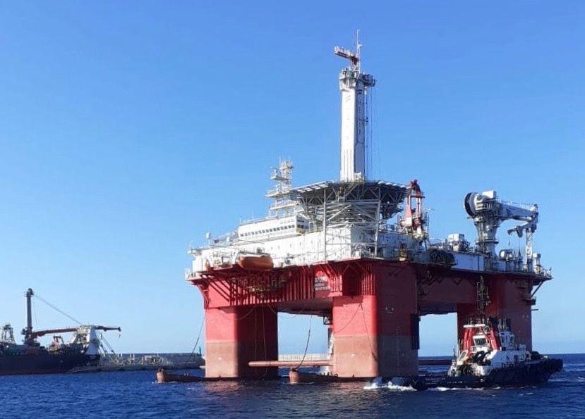 """La plataforma """"Q7000"""", en la maniobra de atraque en el puerto de Granadilla"""
