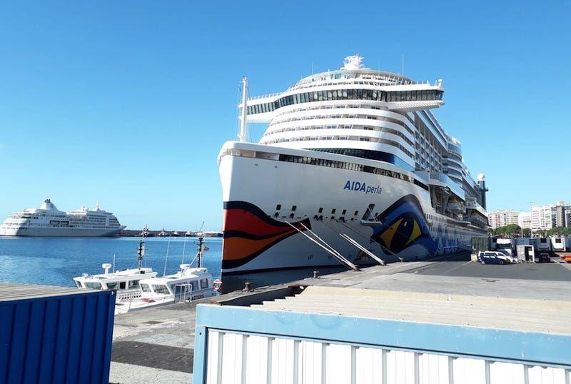 """Vista del buque """"AIDAperla"""" desde el muelle norte"""