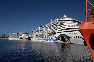 """Los megacruceros """"AIDAperla"""" y """"AIDAnova"""" coinciden en el muelle de ribera del puerto tinerfeño"""