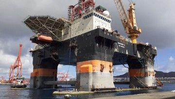 """La plataforma """"Scarabeo 9"""", durante la maniobra de atraque en el muelle de Hidramar Shipyards"""