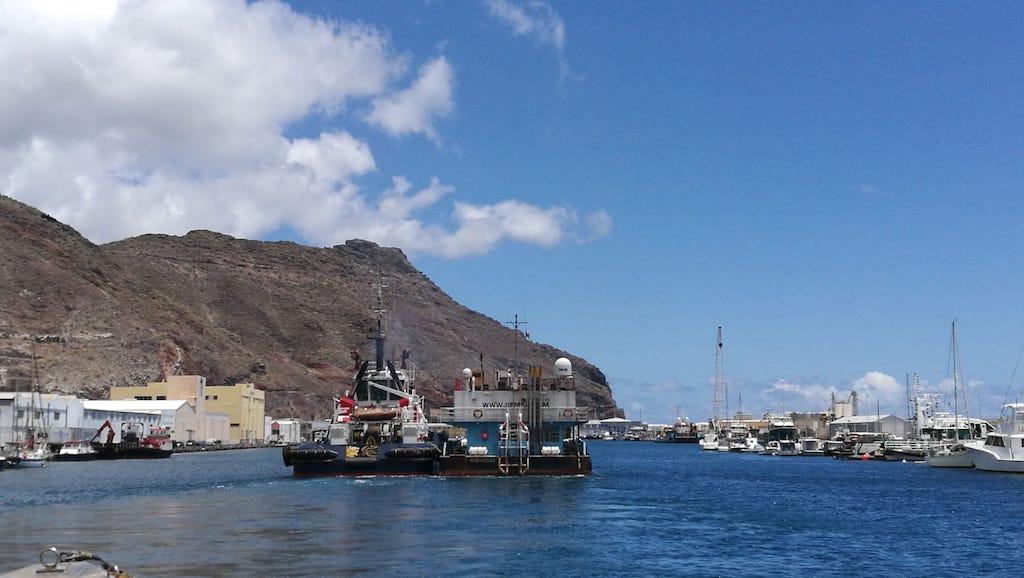 Maniobra de entrada a la Dársena Pesquera de Santa Cruz de Tenerife