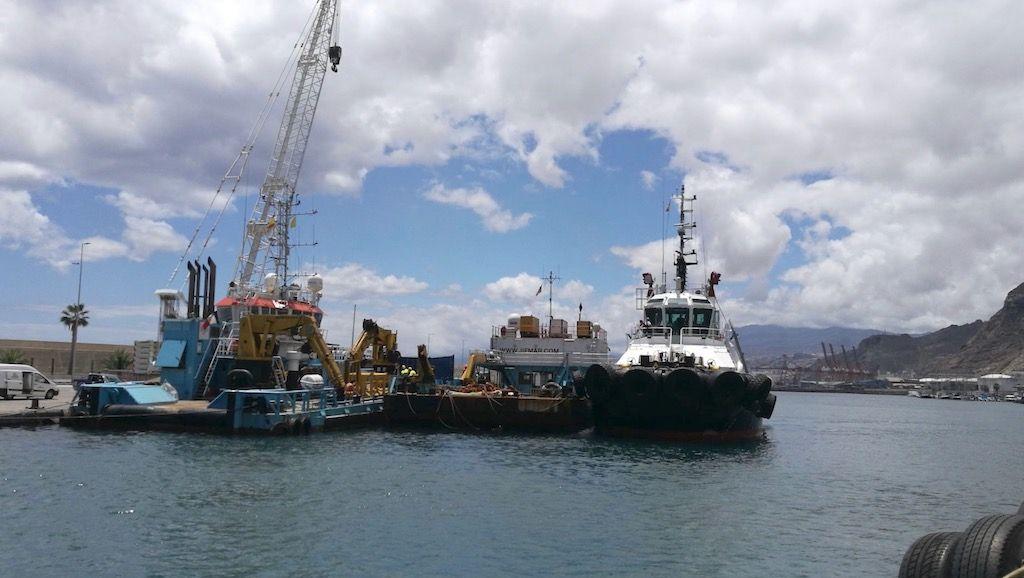 Las pontonas atracadas y el remolcador que les ha prestado servicio