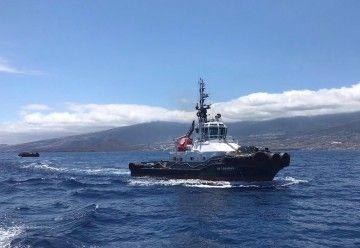 """El remolcador """"VB Canarias"""" y tras su estela la pontona """"Prosub"""""""