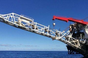 """Detalle de la grúa del buque """"Lorelay"""" situada a popa para el tendido de tuberías"""