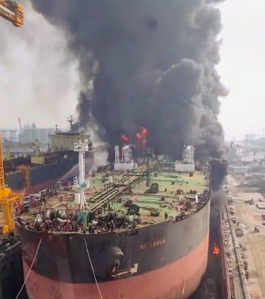 """El petrolero """"Jag Leela"""", en llamas"""