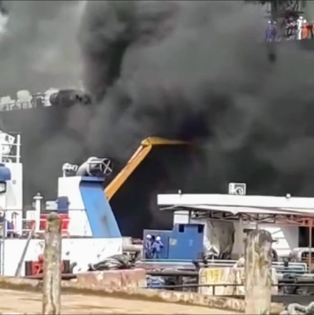 Un denso humo invade la superestructura del petrolero