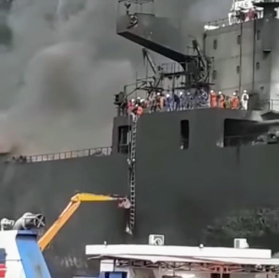 Grupo de trabajadores y tripulantes tratan de escapar del infierno