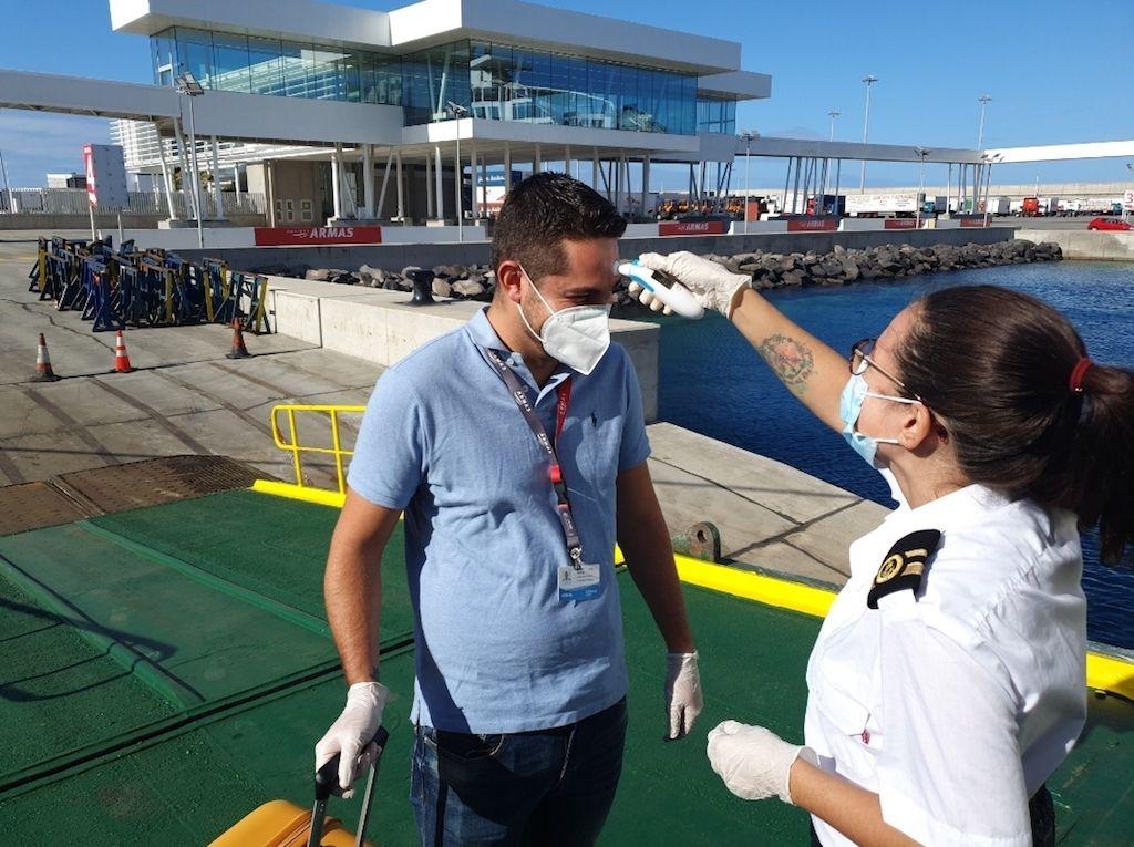 Toma de temperatura al embarque de los tripulantes