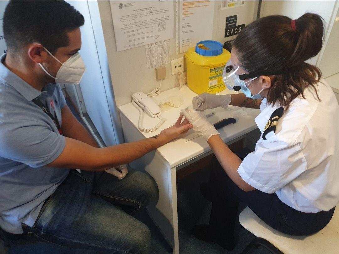 La oficial encargada del botiquín practica las pruebas