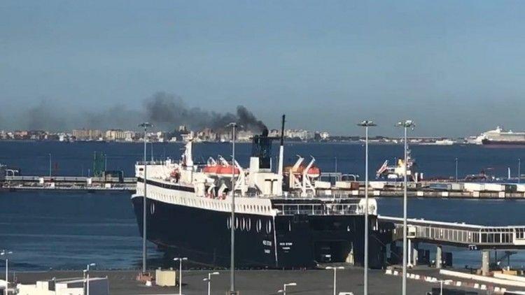 """Momento en el que el ferry """"Med Star"""" expulsa humo denso"""
