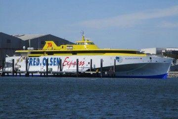 """El trimarán """"Bajamar Express"""", a flote en el muelle de armamento de Austal"""