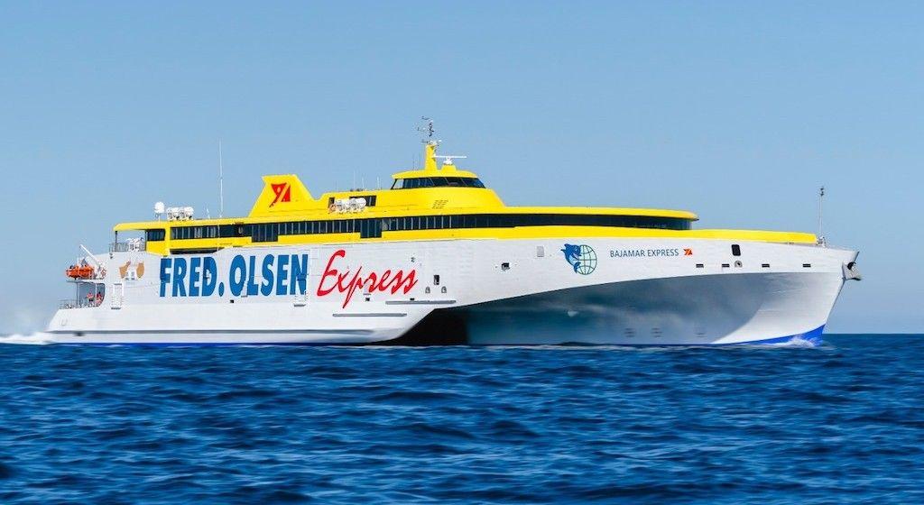 """Estampa marinera del nuevo trimarán """"Bajamar Express"""""""
