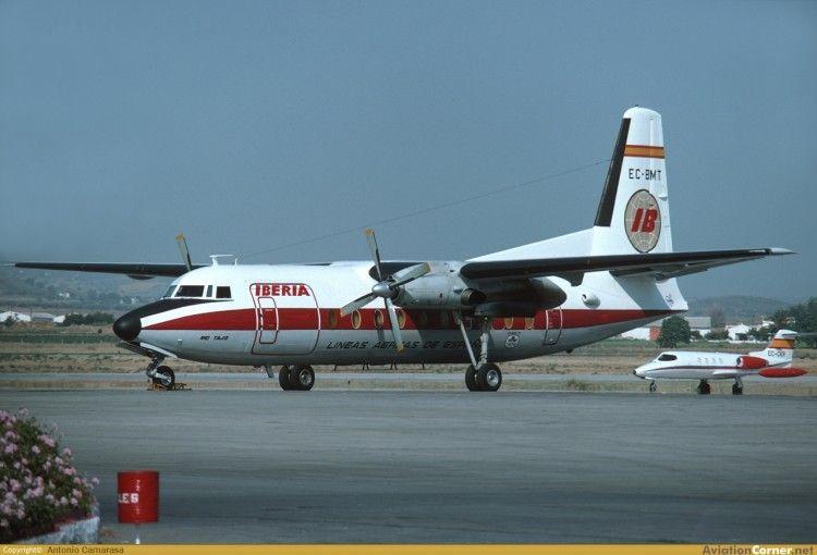 """El avión Fokker F-27 """"Río Tajo"""" de Iberia, en el aeropuerto de Melilla"""