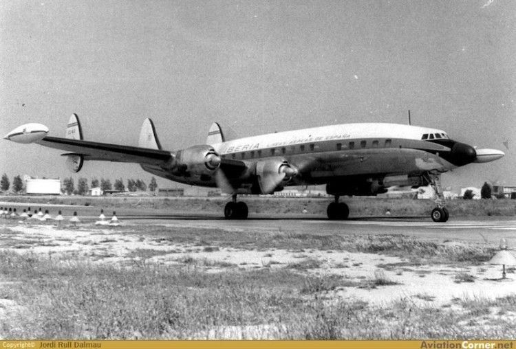 "La elegante silueta del avión L-1049G ""Super Constellation"" de Iberia (EC-AIN)"