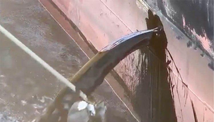 El chorro de combustible, durante el vertido