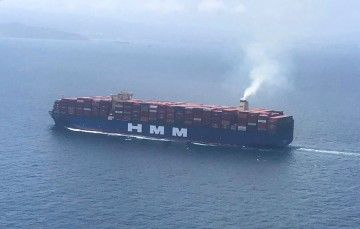 """El buque """"HMM Algeciras"""", a su paso esta tarde por el estrecho de Gibraltar"""