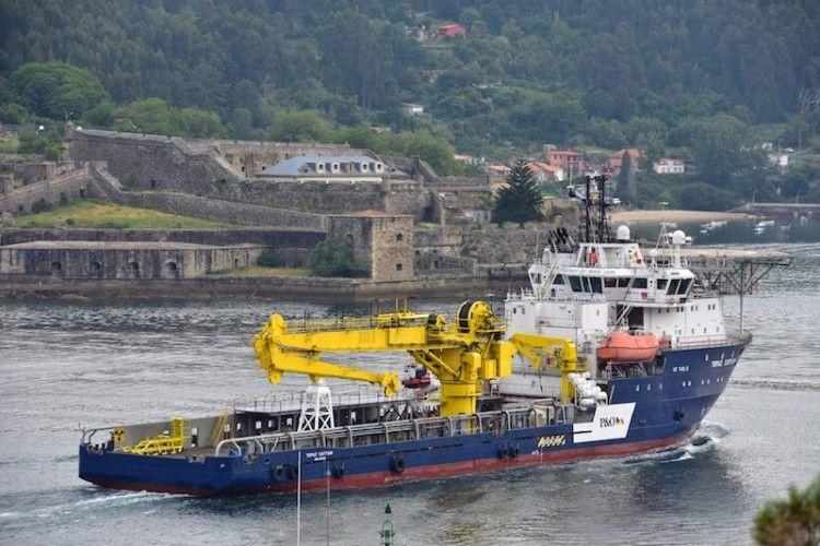 """Entrada del buque """"Topaz Captain"""" por la ría de Ferrol"""
