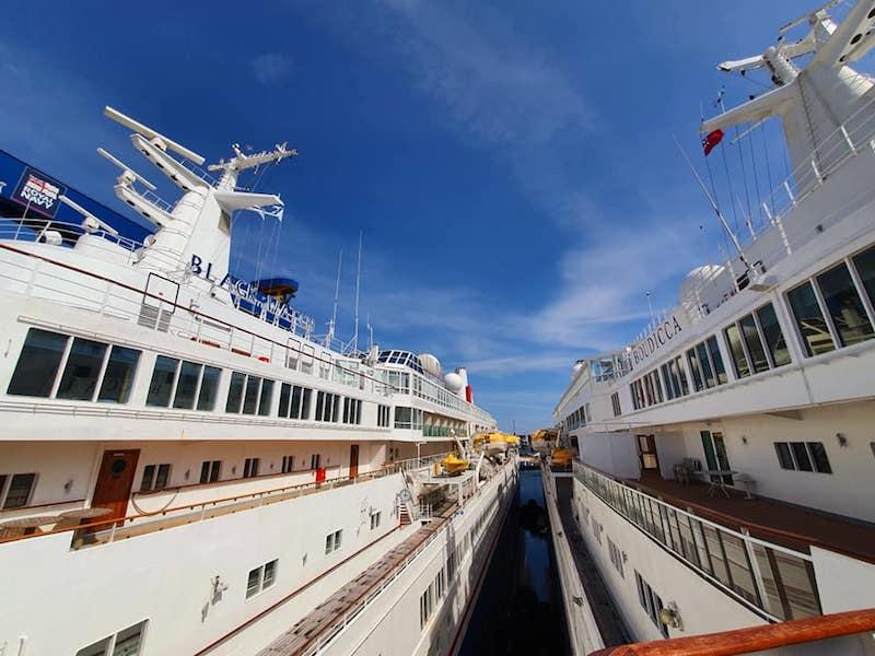 """Detalle de los buques """"Boudicca"""" y """"Black Watch"""" abarloados"""