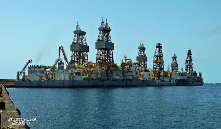 Buques perforadores del petróleo esperando mejores tiempos atracados en el puerto de Las Palmas de Gran Canaria