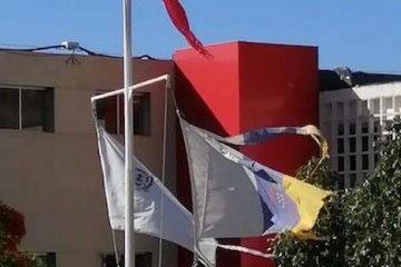 Las banderas hechas jirones, muestras del abandono y la desidia de la Escuela de Náutica