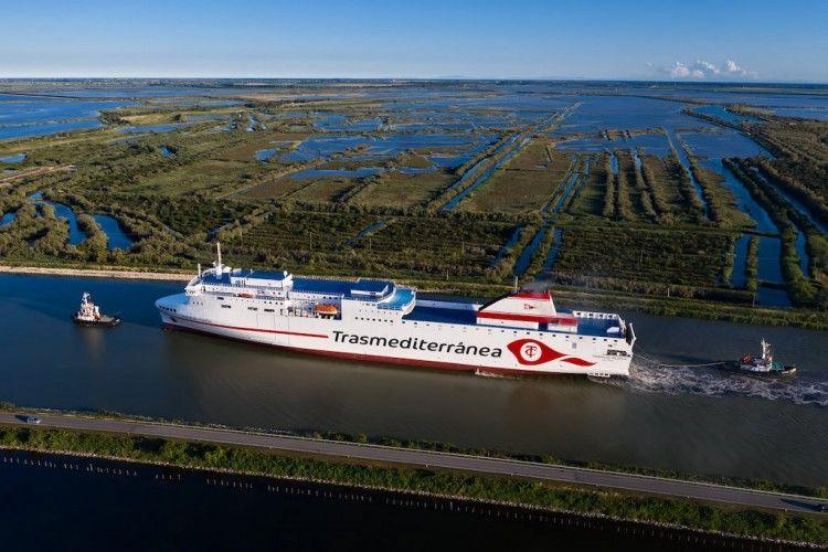 """El ferry """"Ciudad de Valencia"""" sale del astillero para empezar sus pruebas de mar"""