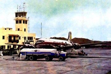 Un camión cisterna suministrando a un avión Douglas DC-4 en el aeropuerto de Los Rodeos