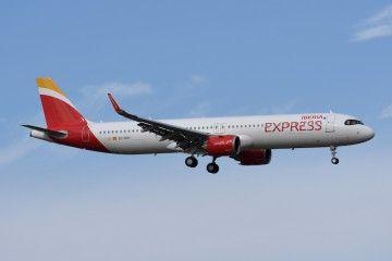 El primer A321neo de Iberia Express, en corta final en el aeropuerto de Madrid Barajas