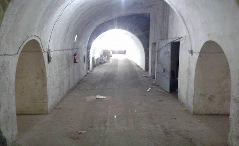 Uno de los túneles excavados en la Montaña de la Altura