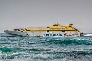 """El trimarán """"Benchijigua Express"""" navegando con mal tiempo"""