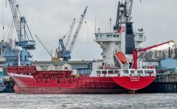 """El buque portacontenedores """"Charo B"""", fletado por Boluda"""