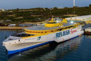 """El trimarán """"Bajamar Express"""", preparado para su viaje de posicionamiento a Tenerife"""