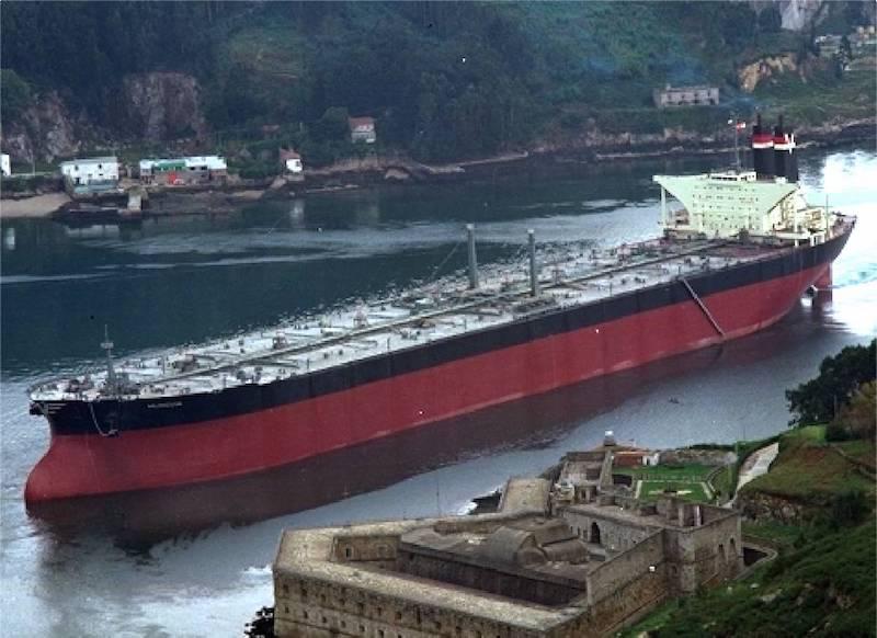 """El petrolero """"Muncada"""", entre castillos, sale por la ría de Ferrol"""