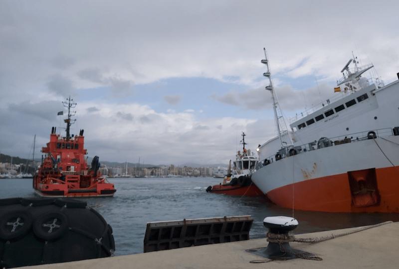 Un remolcador de puerto dando de carnero por estribor