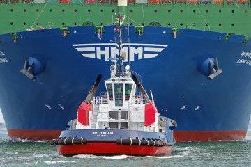 """El remolcador """"Rotterdam"""" maniobra por la proa del buque """"HMM Algeciras"""""""