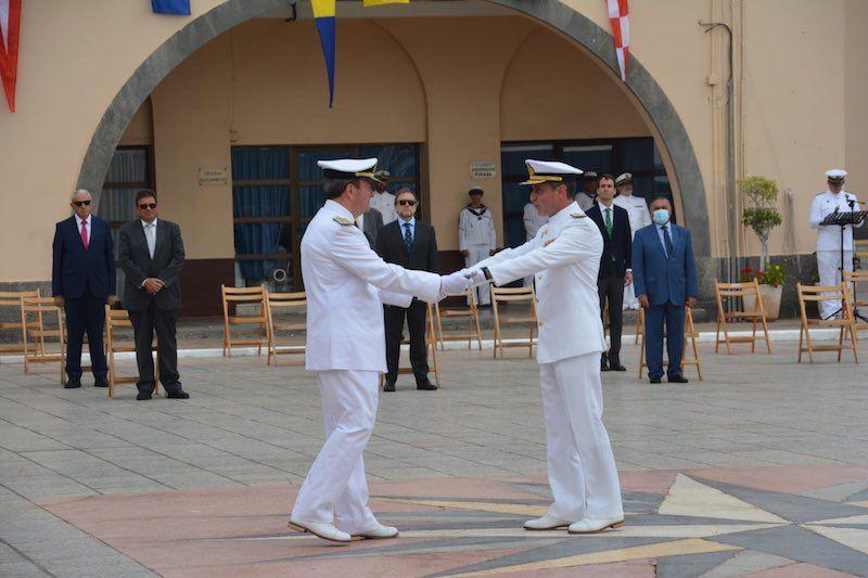 Entrega del mando entre el almirante saliente y el entrante