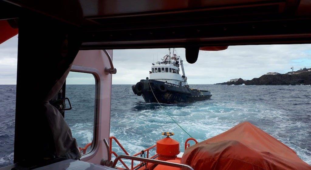 La lancha de Salvamento Marítimo consigue darle remolque