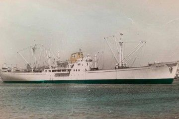 """El buque frutero """"El Baztán"""", visto en toda su eslora por la banda de estribor"""