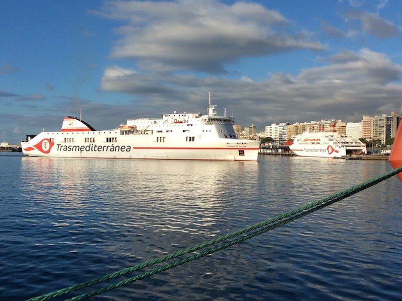 """Maniobra del buque """"Ciudad de Palma"""", con el """"Villa de Teror"""" atracado"""