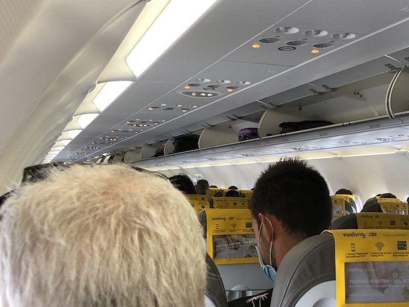 El avión lleno y los equipaje de mano, solo para unos pocos