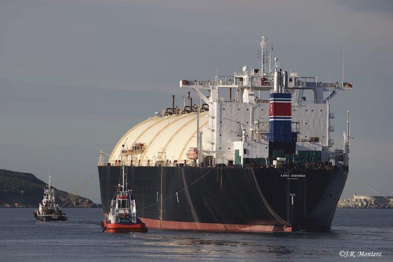 """El buque """"LNG Gémini"""", cuando abandonaba Ferrol tras dos años de estadía"""