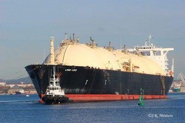 """El buque metanero """"Bering Energy"""", ex """"LNG Leo"""", remolcado rumbo a Ferrol"""