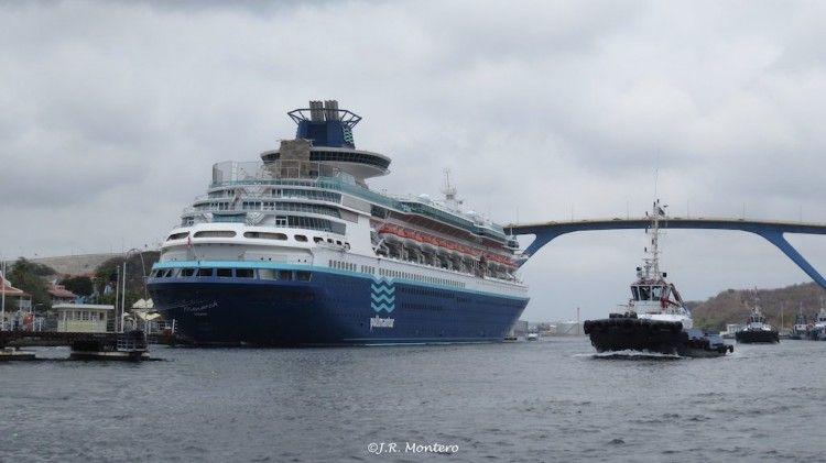 """El buque """"Monarch"""", atracado en el puerto de Willemstad"""