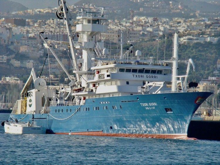"""El buque atunero """"Txori Gorri"""", en el puerto de Las Palmas de Gran Canaria, tras su entrega"""